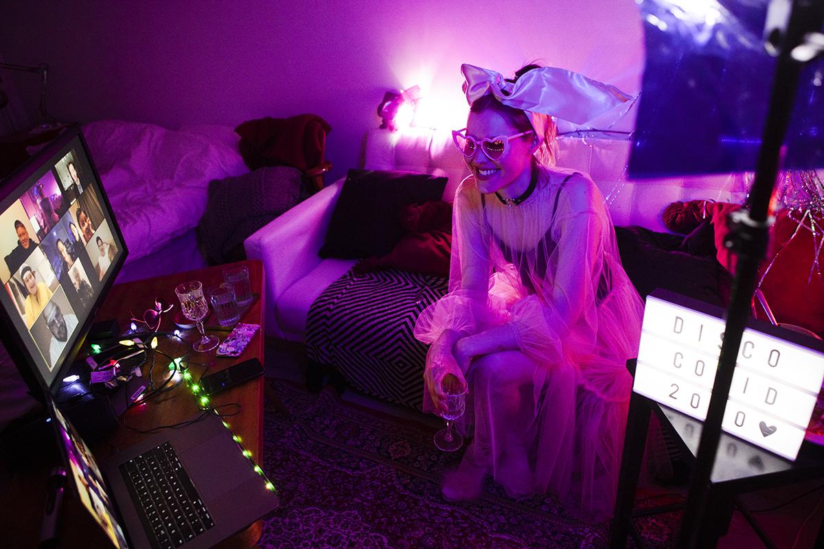 Vaikka yli kymmenen ihmisen livekokoontuminen ei ole mahdollista, ystävien kanssa voi kuitenkin bilettää myös virtuaalisesti. Veera Vehmas oli valmistautunut illan juhliin näyttävällä asulla ja lavastuksella.